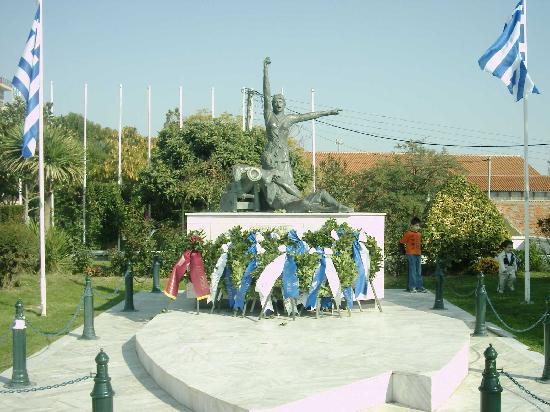 Alexandroupoli, Greece: Das geschmückte Denkmal nahe des Pharos am 28.10., dem Oxi-Tag