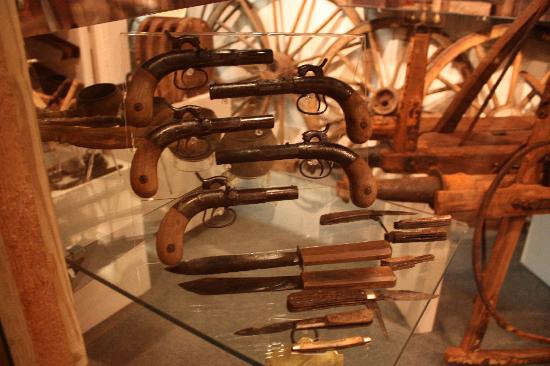 Arabia Steamboat Museum : Guns and knives