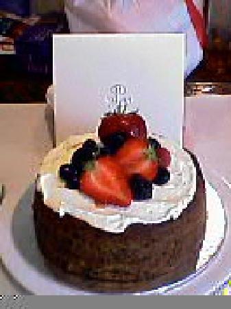 Hilton Singapore: ホテルから頂いたケーキ