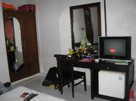 Grand Sinar Indah Hotel: tv, wardrobe, desk
