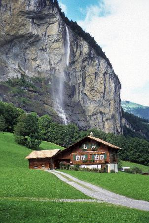Hotel Alpenrose Wengen: Lauterbrunnen valley below Wengen