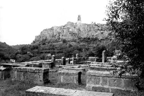 Pitigliano vista dal cimitero ebraico