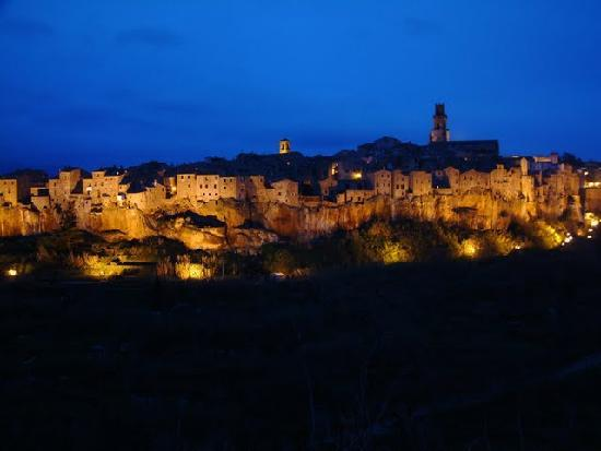 ‪‪Pitigliano‬, إيطاليا: Pitigliano by night‬