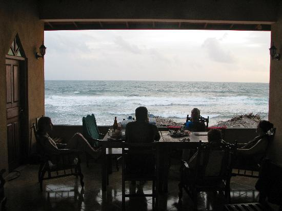 Drifters Hotel and Beach Restaurant: common lounging area that our 4 rooms opened to