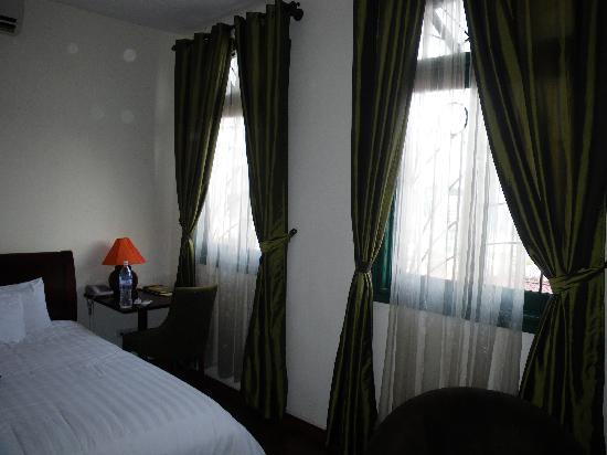 Green Mango Hotel & Restaurant: big bed and nice light