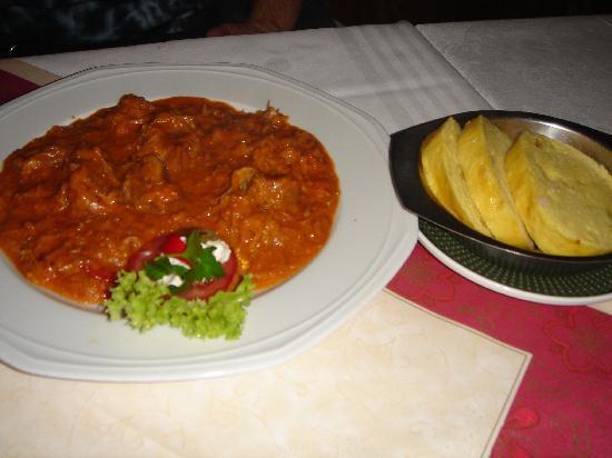 Prager Spezialitätenrestaurant: Paprika-Rahmgulasch mit Serviettenknödel