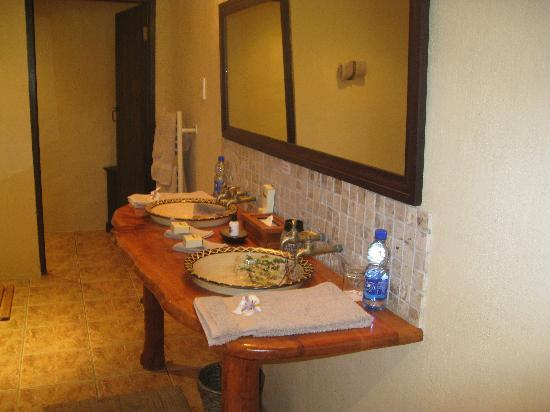 Kariega Game Reserve - All Lodges: Decorated hand basins