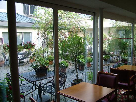 Hotel Gradlon: Sala colazione - vista patio