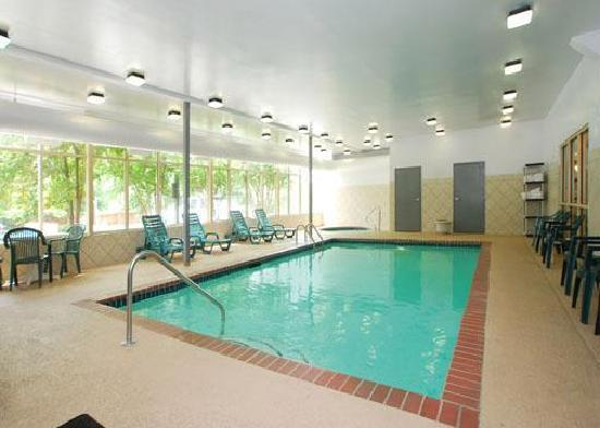Quality Inn & Suites: Indoor pool and hot tub