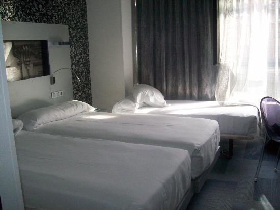Petit Palace Mayor : twin room with extra bed shoved in