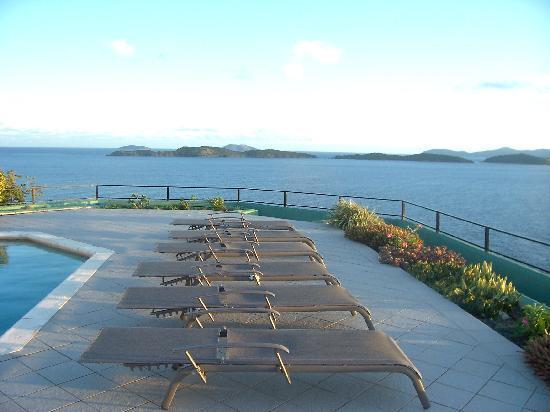 Villa Fantasia: pool deck chairs