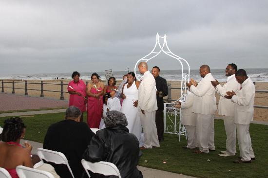 Wyndham Virginia Beach Oceanfront: The wedding party on the lawn of the Wyndham