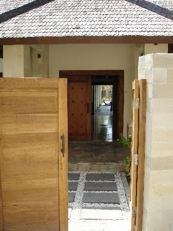 Kelapa Luxury Villas: Villa Marina entrance from lane