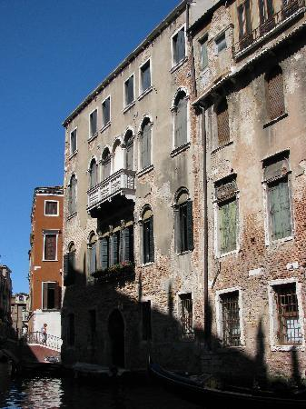 Residence Ca' Foscolo: Outside from the market area