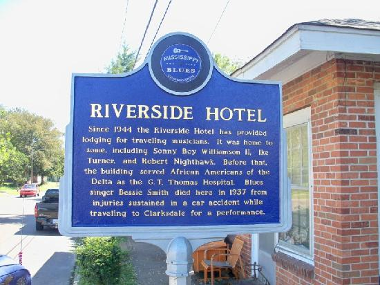 Riverside Hotel: Blues Trail sign out front