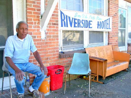 Riverside Hotel: Owner...Rat