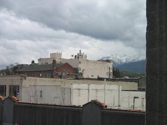 Port Angeles Downtown Hotel: View out the bedroom window
