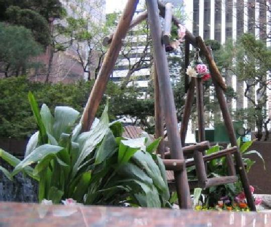 Lotte Hotel Seoul: 正面にある庭から