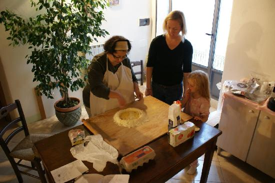 IL Gelsomino B&B: Pasta-making lesson from the hostess.