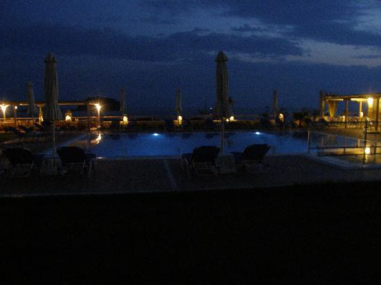 Troulos Bay Hotel: lovely at night!