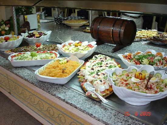 Hotel Marhaba Beach: En bild från de magnifika buffe'borden i matsalen