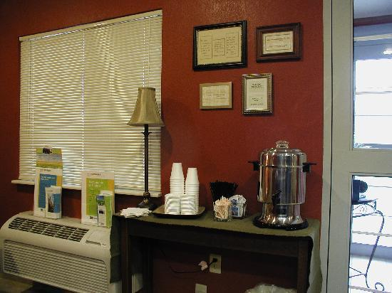 Home-Towne Suites Bentonville: Complimentary Morning Coffee