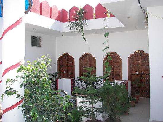 Hotel Kishan Palace : Blick von Sitzcupola auf die Türe von obersten Zimmer. Das Hotel ist hoch. Es lohnt sich die zim