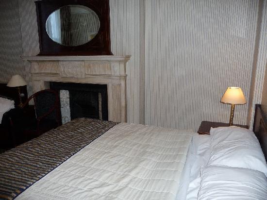 Regency House Hotel: Le lit et la cheminée (chambre 9)
