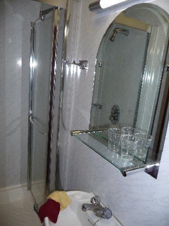 Regency House Hotel: La salle de bain (chambre 9)