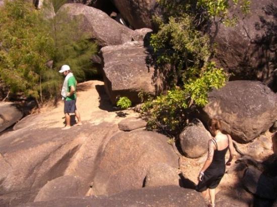Mareeba, Australien: dave und tine suchen einen weg durch diese stein wueste.