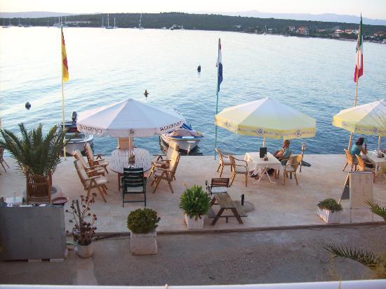 Loviste, Kroatien: Hier wird gegessen, getrunken oder einfach nur der tolle Ausblick genossen