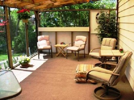 Fenton's Bed & Breakfast: Relax in the screened patio