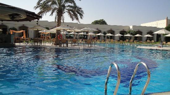 Al Ain Rotana Hotel: pool area 2