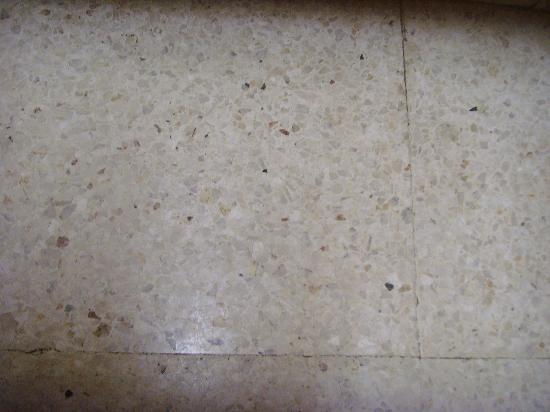 Damon Hotel Apartments: Sticky, dirty filthy floor