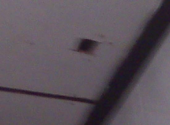 Tournesol Guesthouse: buco nel soffitto del bagno