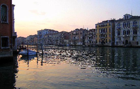 Hotel Palazzo Barbarigo Sul Canal Grande: Evening view from corner room