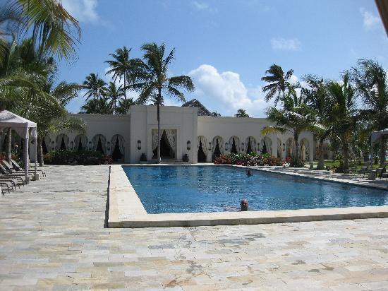 Baraza Resort & Spa : main pool - complete with underwater music