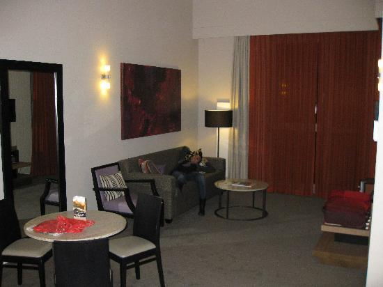 Adina Apartment Hotel Berlin Checkpoint Charlie: salón