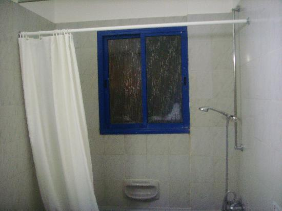Damon Hotel Apartments: Bathroom window - am I in a hostel???
