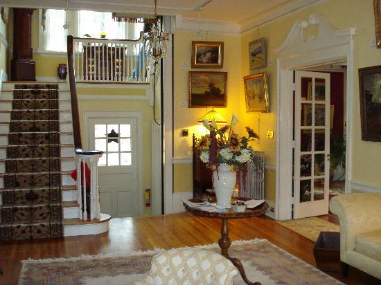 Juniper Hill Bed & Breakfast: Foyer