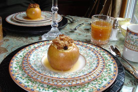 Juniper Hill Bed & Breakfast: Baked apple w/ homemade granola-yum!