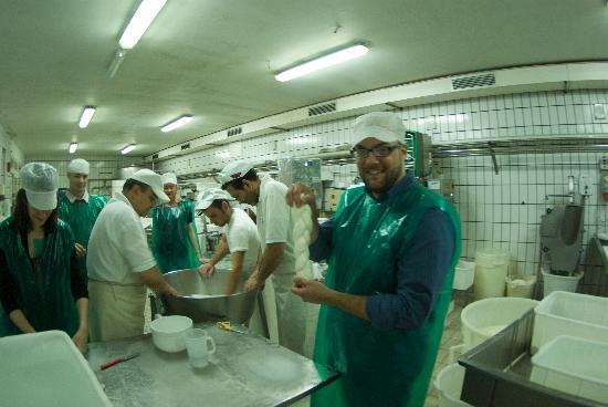 Residence Casale Nunziatina: Making cheese at Michaelangelo's cheese factory