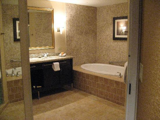 Four Winds Casino Resort: bathroom with Jacuzzi tub