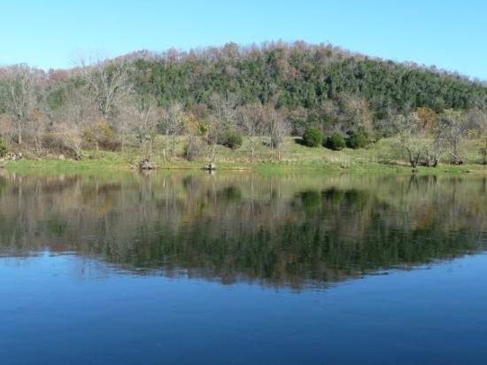 White River: 清澈的河水, 映照山景..