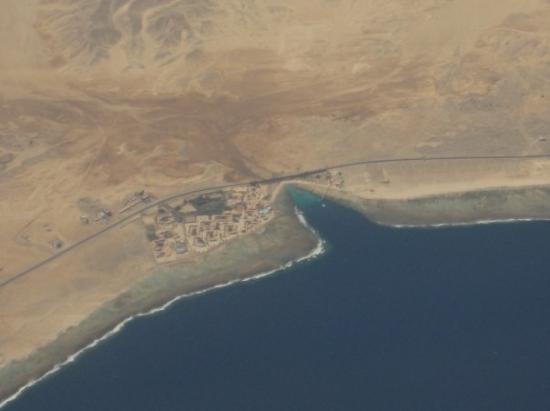 Movenpick Resort El Quseir : Blick vom Flugzeug auf die Bucht von El Quadim mit der Hotelanlage