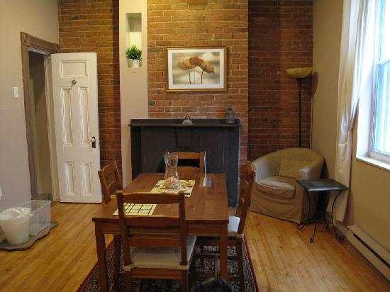 University Bed & Breakfast Apartments: Living room area.