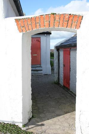 Бэлликоттон, Ирландия: Ballycotton - Village cottage gateway