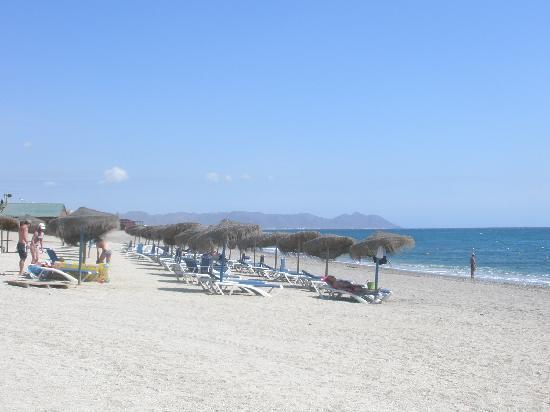 Cabogata Mar Garden Hotel Club & Spa: Liegen und Schirmen an Strand