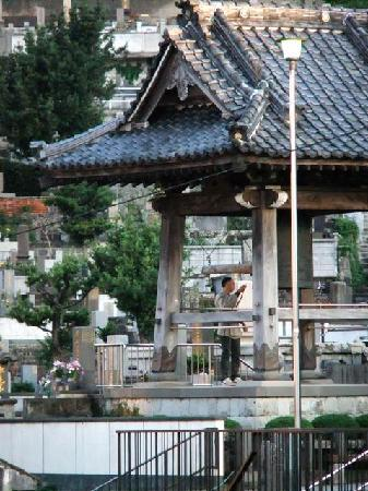 Nagasaki Hotel Ihokan: The bell of the adjacent temple is struck at 7:00 a.m. every morning.  (view from room)