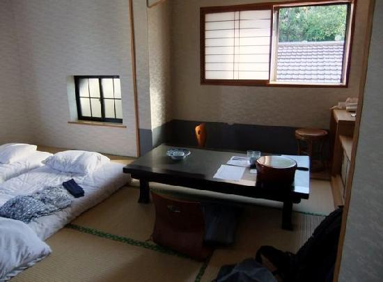 Nagasaki Hotel Ihokan: Room accommodations; there is an en suite lavatory